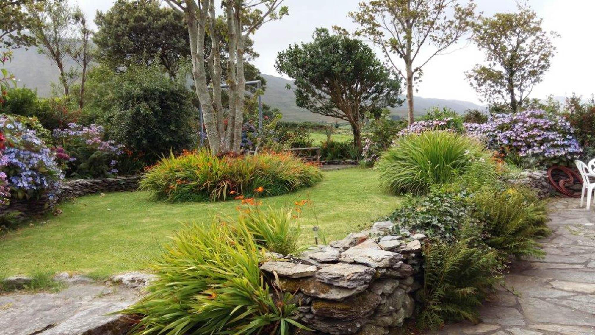 Südseite des Gartens mit Bergsicht