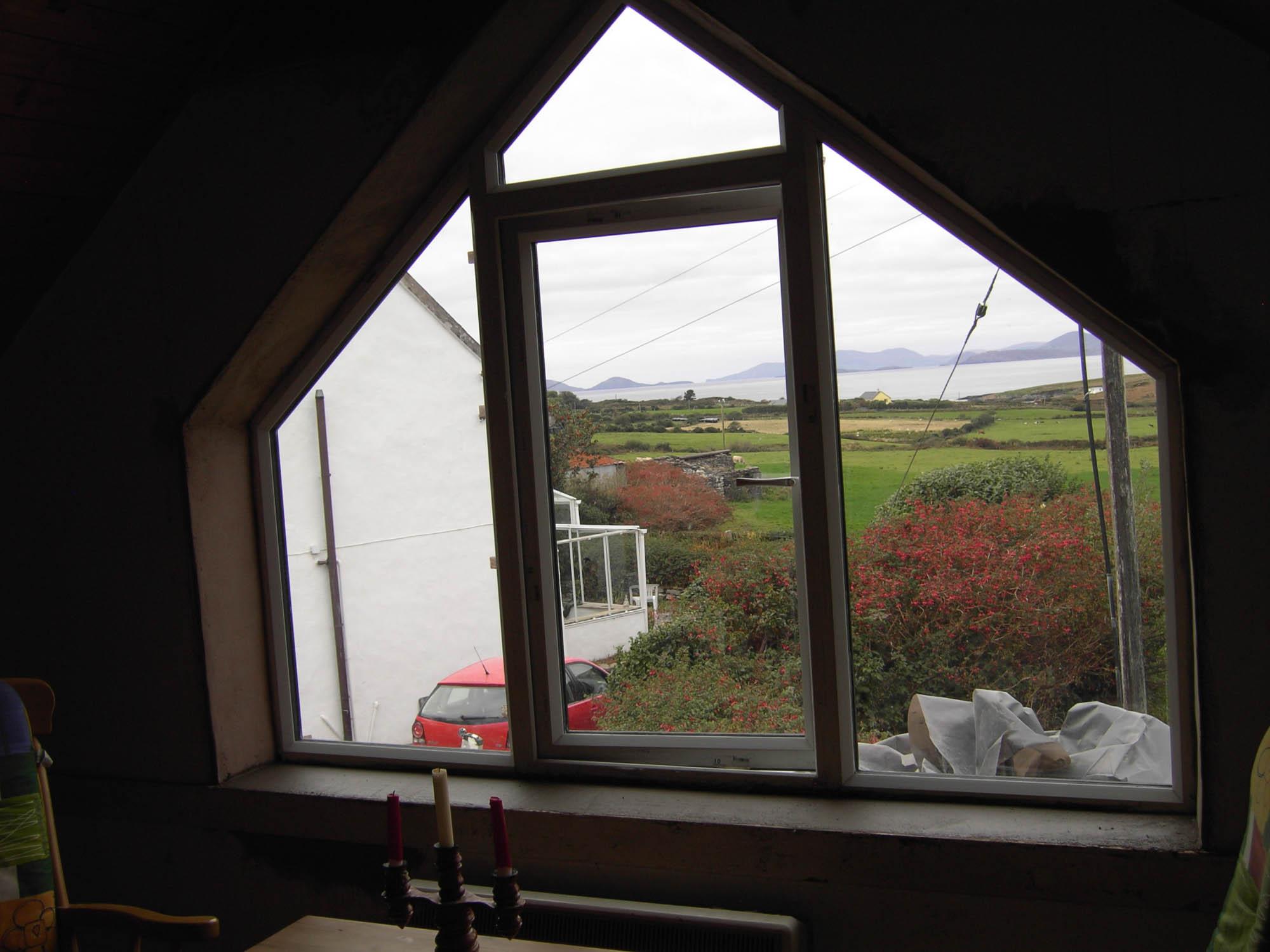 Blick durch das Panoramafenster auf die Skellig Islands, den Ken