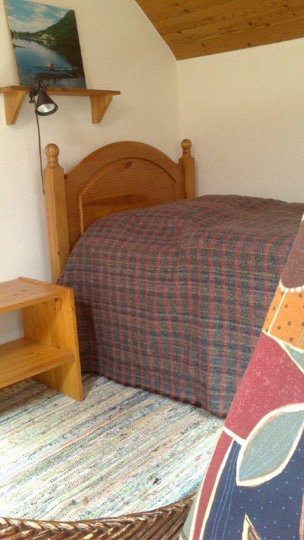 Das kleine Schlafzimmer mit Doppelbett-Klappsofa im Obergeschoss